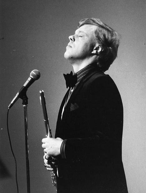 Vesa-Matti Loiri on levyttänyt lukuisia klassikon asemaan nousseita lauluja. Maailma on kaunis -laulun sanat ovat Vexi Salmen, sävel Kassu Halosen.