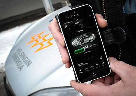Kuljettaja voi tarkistaa älypuhelinsovelluksesta Teslan lataustilanteen sekä etäohjata muun muassa lämmitystä ja auton lukitusta.