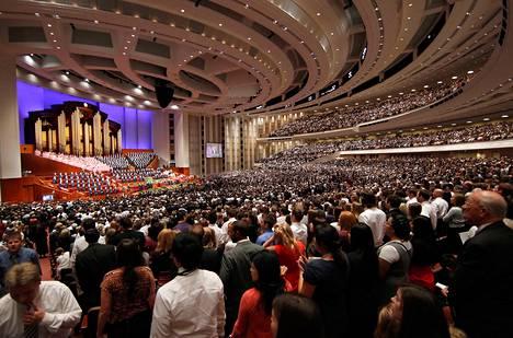 Tuhannet mormonit osallistuivat kaksipäiväiseen mormonikonferenssiin Salt Lake Cityssä lokakuussa 2011.