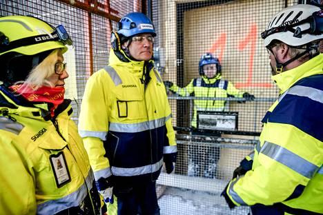 Rebekka Saarela, Jari Lahtinen ja Marko Peteri nousevat työmaahissillä Skanskan kerrostalotyömaan huipulle Niittykummussa.