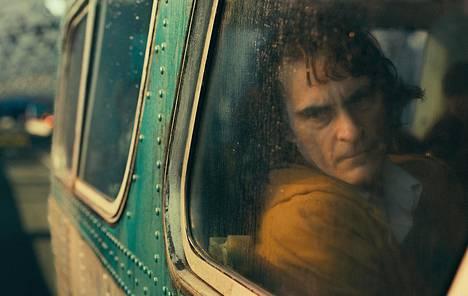 Joaquin Phoenix esittää Jokerin synkkää nimiroolia.