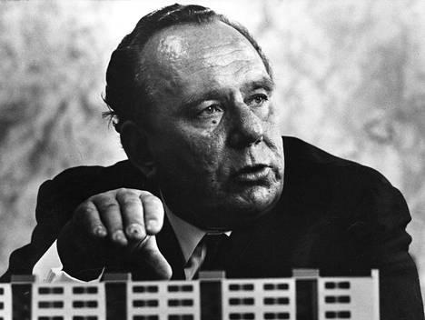 Armas Puolimatkan suvun omaisuus syntyi, kun Hankkija osti rakennusyhtiö Puolimatkan 1985. Armas Puolimatka kuvattuna 1969.