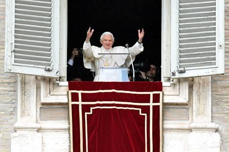 Paavi piti viimeisen sunnuntaipuheensa asuinpaikkansa apostolisen palatsin ikkunasta.