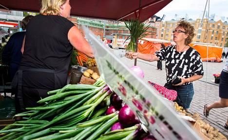 Sirpa Karjalainen osti kantarelleja Seija Tarvaiselta Hakaniemen torilla Helsingissä perjantaina. Tarvainen vakuuttaa, että Hakaniemen torilla kilpailu toimii.