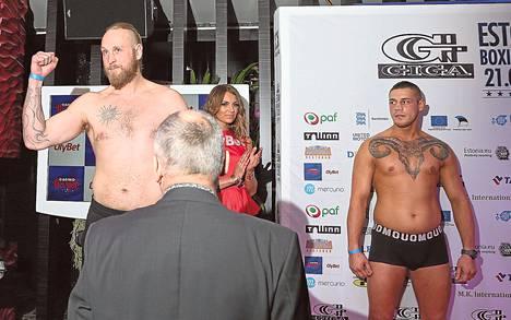 Robert Helenius ja Andras Csomor seisoivat lavalla punnitustilaisuudessa Tallinnassa perjantaina.