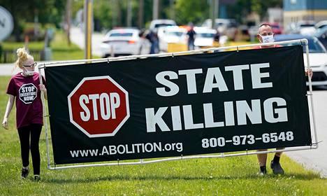 Mielenosoittajat vastustivat Daniel Lewis Leen kuolemantuomion täytäntöönpanoa 13. heinäkuuta 2020 Terre Hautessa Yhdysvaltain Indianassa. Lee teloitettiin myrkkyruiskeella seuraavana päivänä kuvan ottamisen jälkeen.