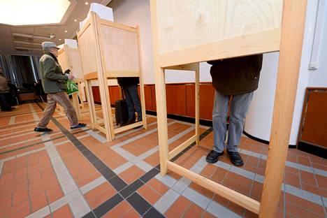 Ennakkoäänestystä Helsingin pääpostirakennuksessa viime kuntavaaleissa huhtikuussa 2017.
