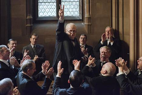 Gary Oldman (kesk.) sai juuri ansaitusti Golden Globen roolisuorituksestaan Churchillina.