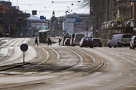 Katupöly heikentää ilmanlaatua Helsingissä varsinkin keväisin. Samaan aikaan ilmassa on siitepölyä.