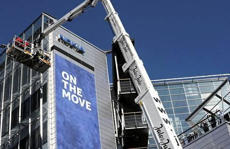 Nokian työntekijät kuvasivat, kun nosturityöntekijät valmistautuivat vaihtamaan Microsoftin logon Nokian logon tilalle Nokian entisen pääkonttorin seinustalle Keilaniemessä.