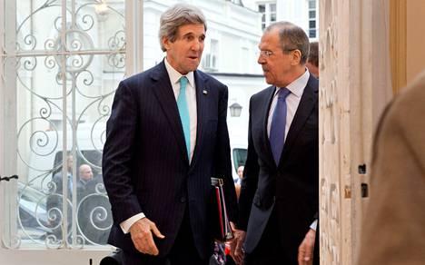 Ulkoministerit John Kerry (vas.) ja Sergei Lavrov neuvottelivat Ukrainan kriisistä Pariisissa sunnuntaina.