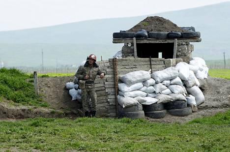Etnisesti armenialainen sotilas vartioi tiesulkua Martunin kylässä Vuoristo-Karabahissa huhtikuussa 2016.