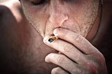 Kannabiksen polton haitat ovat hyötyjä paljon isommat, sanovat asiantuntijat.