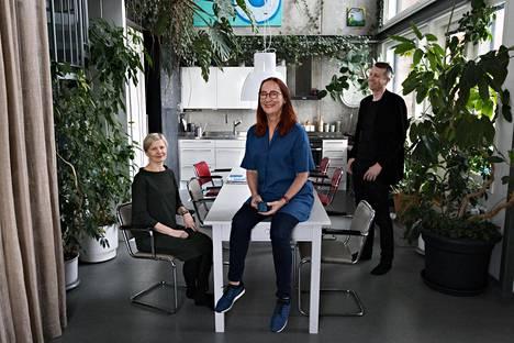 Arkkitehdit Minna Lukander (vas.) ja Pia Ilonen Tallin suunnittelemassa loft-talossa Arabianrannassa. Oikealla Tallin kolmas osakas, sisustusarkkitehti Martti Lukander.