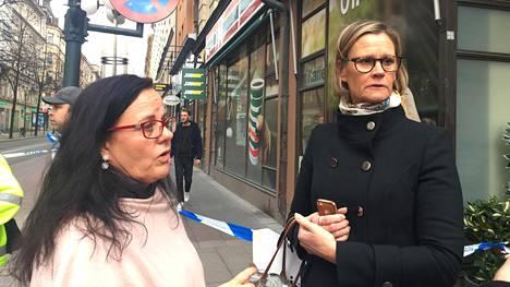 Birgitta Levendahl (vas.) ja Inger Rocksten olivat työpaikallaan naistenvaateliikkeessä Tukholman keskustassa, kun terroriteoksi epäilty hyökkäys alkoi.