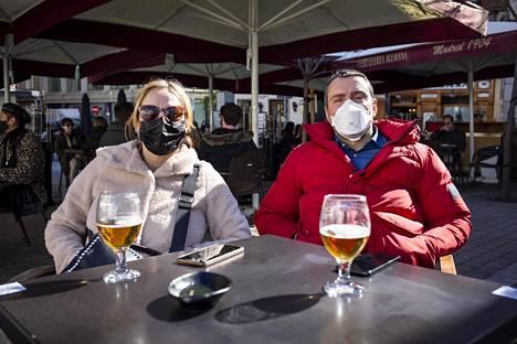 Eva de Frutos ja Carlos Loreiro ottivat oluet terassilla Santa Anan aukiolla Madridissa lauantaina.