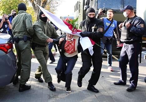 Poliisit ottavat kiinni mielenosoittajan Minskissä syyskuussa. Mielenosoitukset alkoivat jo vaalipäivän iltana, mutta kasvoivat ihmisten suututtua poliisin kovista otteista. Ne jatkuvat edelleen pienempinä ja eri puolille kaupunkia hajaantuneina.