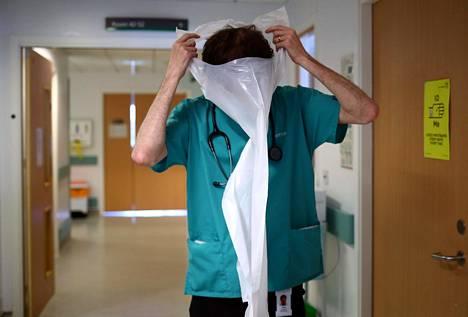 Lääkäri Jared Leggett puki suojavarusteita mennessään tapaamaan koronaviruspotilasta blackburnilaisessa sairaalassa.
