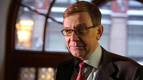Suomessa elää yhä holhoava suhtautumistapa kansalaisiin, sanoo professori Mats Brommels.