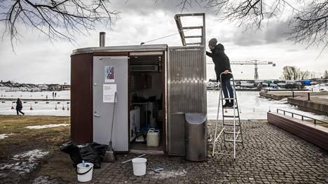 Yrittäjä Tina Magi laittoi jäätelökioskiaan kuntoon Helsingin Merisatamassa keskiviikkona.
