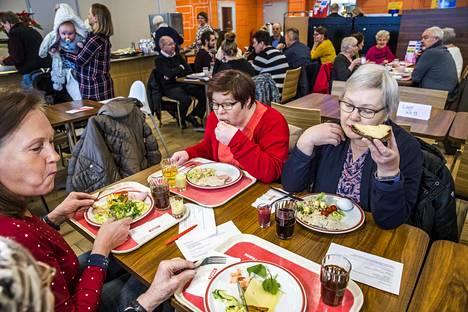 Varpu Isaksson (vas.), Melita Isaksson ja Tuija Isaksson olivat syömässä Teboil Kaivokselan vuoden ensimmäistä brunssia loppiaisena.