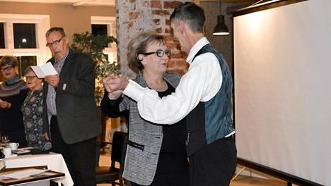 Esa Myllyniemi Sorttiset-tanssiryhmästä vei eläkkeelle jäävän kulttuurisihteeri Pirjo Ala-Fossin valssiin.