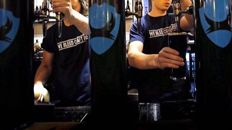 Brewdog -pubissa riitti vilskettä joulukuussa 2014. Kuvassa tuolloin ravintolan vuoropäällikkönä työskennellyt Joshua Irwin (vas.), ravintolapäällikkö Rasmus Suikki ja Neil Scotney.