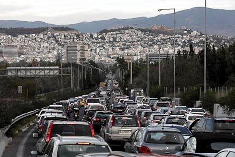 Joukkoliikenteen työntekijöiden lakkoilu johti massiivisiin ruuhkiin Ateenan sisääntuloväylillä.