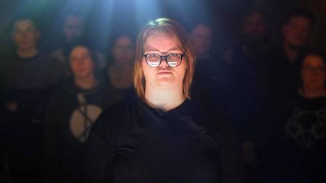 Yksinäisyydestä kärsii joka viides suomalainen. Yksi heistä on Emilia.