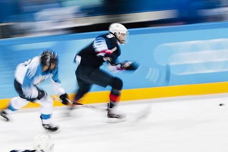 Suomen Linda Välimäki seuraa USA:n Megan Kelleriä jääkiekon naisten välieräottelussa.
