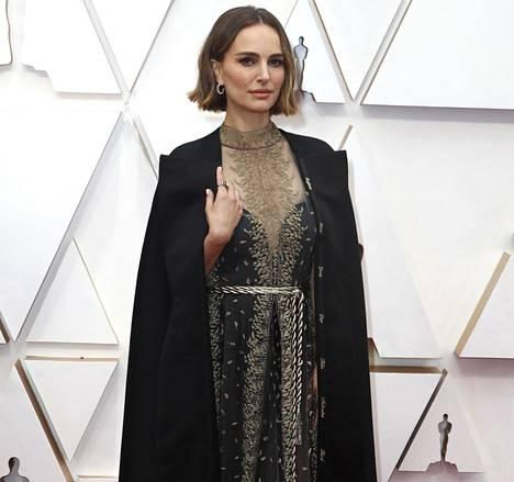 Natalie Portman saapui Oscar-gaalaan mustaan viittaan sonnustautuneena.