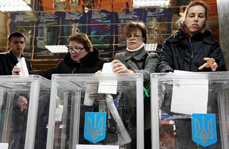Ukrainalaiset äänesivät parlamenttivaaleissa Kievissä sunnuntaina.
