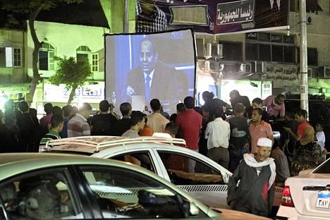 Egyptiläiset katsoivat al-Sisin puhetta Kairossa.
