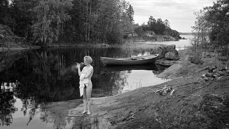 """Puumalan Lievedellä 1989 otetusta kuvasta tuli Suomen itä valokuvissa -kirjan kansi. Riitta Raatikainen: """"Noin sata vuotta sen jälkeen kun Akseli Gallen-Kallela oli maalannut Aino-triptyykkinsä (1891), Ari Jaskari valokuvasi nuoren naisen seisomassa Saimaan rantakalliolla. Jaskarin vaistonvaraisesti syntynyt sommitelma tulvii kansallisromanttisia viitteitä, mutta hänen 1900-luvun lopun naishahmossaan ei ole jälkeäkään hukuttautumista harkitsevasta neitsyestä."""""""