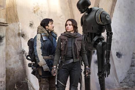 Kapinallisupseeri Cassian Andore (Diego Luna, vas.), päähenkilö Jyn Erso (Felicity Jones) ja droidi K-2SO (Alan Tudyk) elokuvassa Rogue One.