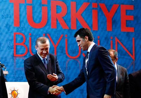 Recep Tayyip Erdoğan ja Hakan Şükür kättelivät vuonna 2011. Erdoğan oli vielkä tuolloin pääministeri.
