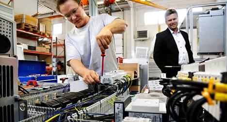 Toni Laamanen johdottaa sähkölaitoksen ohjauskeskusta. Nocartin toimitusjohtaja Vesa Korhonen seuraa.
