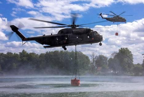 Saksan armeijan helikopterit nostavat vettä metsäpalon sammuttamiseksi entisellä armeijan harjoitusalueella Pohjois-Saksassa 2. heinäkuuta 2019.