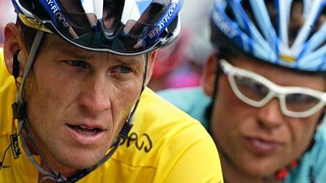 Lance Armstrong ja Jan Ullrich taiston tuoksinassa vuoden 2003 Ranskan ympäriajossa.