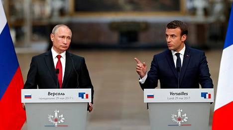 Vladimir Putin ja Emmanuel Macron järjestivät lehdistötilaisuuden Versailles'ssa.