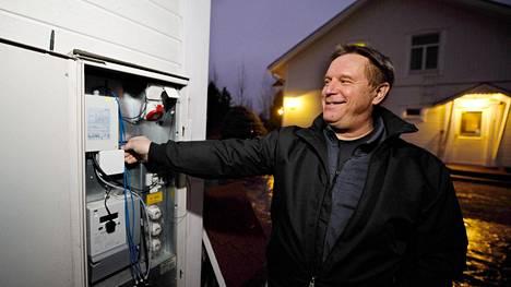 Sipoolainen Tapio Halmela kytki omakotitalonsa lämminvesivaraajan Fortumin etäohjaukseen. Ainoa näkyvä osa on sähkökaappiin asennettu modeemi kaapin vasemmassa ylänurkassa.