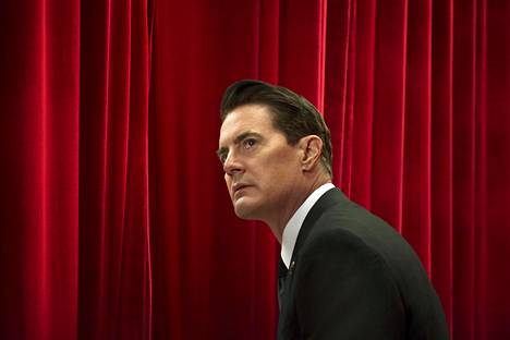 Ensimmäisissä uuden Twin Peaks -kauden jaksoissa erikoisagentti Dale Cooper (Kyle McLachlan) lähinnä jumittaa alitajuntansa verhohuoneessa.