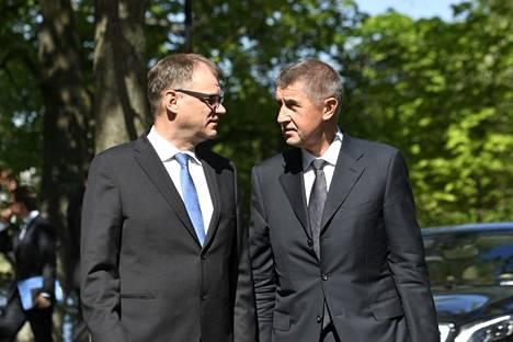 Suomen ja Tšekin pääministerit Juha Sipilä ja Andrej Babiš maanantaina pääministerin virka-asunnon Kesärannan pihalla.