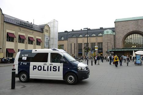 Poliisi partioimassa Helsingin Rautatieaseman edustalla.