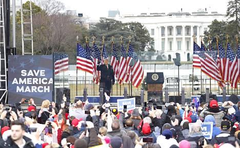 Presidentti Donald Trump pitämässä puhetta kannattajilleen Valkoisen talon edustalla keskiviikkona. Puheen jälkeen suuri joukko hänen kannattajiaan tunkeutui Kongressitaloon.