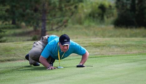 Tuomari Arto Teittinen tarkasti golfin EM-kisoissa Vanajanlinnassa elokuussa 2010, että reiän paikka viheriöllä on sääntöjen mukainen.