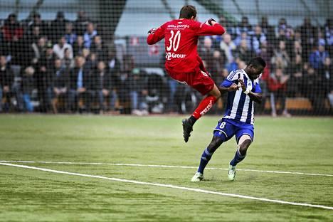 HJK:n Demba Savage joutui loukkaantumisen vuoksi vaihtoon tilanteessa, jossa hän törmäsi rajusti KTP:n maalivahtiin Jere Pyhärantaan.