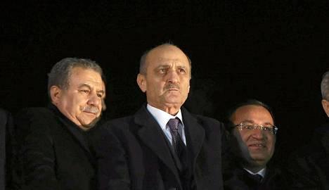 Turkin presidentti Recep Tayyip Erdogan (keskellä) Ankarassa vuosi sitten.