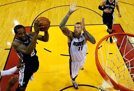 Kawhi Leonard (numero 2) San Antonio Spursista hyökkää korille Chris Andersenia vastaan Miamissa torstaina.