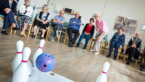 Svendborgin dementia kylän asukkaat harjoittelivat keilausta paikallisten hoivakotien kisoja varten.